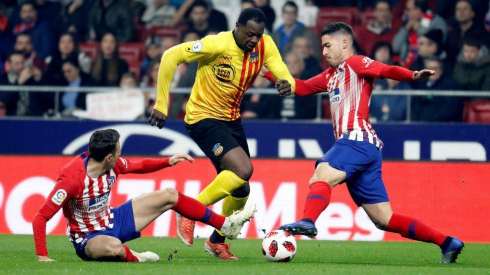 Toni Moya y Arias pelean un balón con Elhadji en el Atlético-Sant Andreu. (EFE)