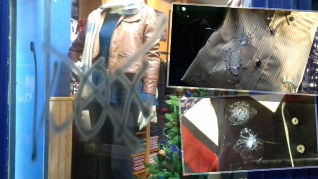 Los violentos podemitas de Cádiz reventaron el cristal blindado de una tienda que vende ropa con la bandera de España