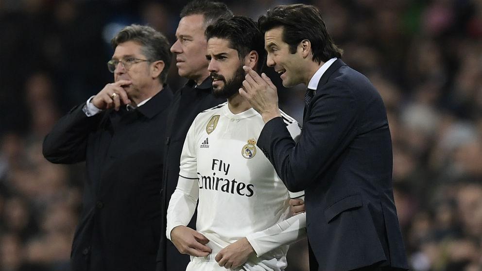 Liga Santander | Solari habla con Isco en un partido en el Bernabéu (AFP)