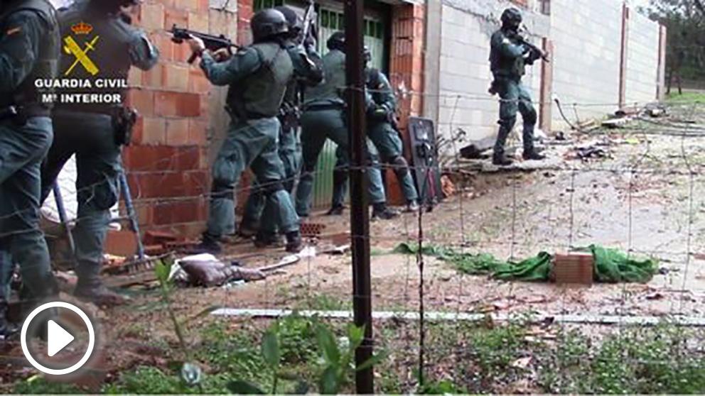 Agentes de la Guardia Civil en el momento de la detención.