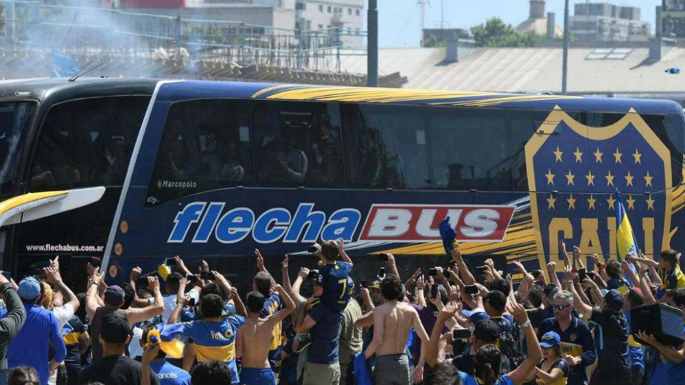 El autobús de Boca Juniors, minutos antes de ser apedreado.