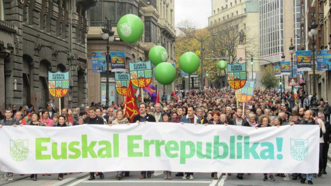 Otegi congrega a miles de personas en Bilbao en una manifestación a favor de una República Vasca