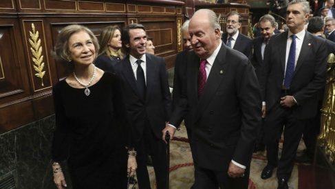 Los Reyes eméritos Juan Carlos y Sofía, a la salida del hemiciclo del Congreso de los Diputados (Foto: EFE)