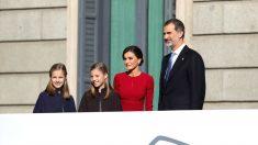 Los Reyes, que presiden el acto solemne conmemorativo del 40 aniversario de la Constitución, que se celebra hoy en el Congreso, al que también asisten sus hijas, la Princesa Leonor y la infanta Sofía, a su llegada al acto. (Foto: Efe)