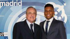 Rodrygo posa junto a Florentino Pérez en el palco del Santiago Bernabéu. (realmadrid.com)
