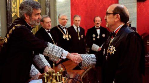 El presidente del CGPJ y del Supremo, Carlos Lesmes (i), felicita al nuevo magistrado de la Sala de lo Contencioso-Administrativo del Tribunal Supremo Javier Borrego Borrego. Foto: efe