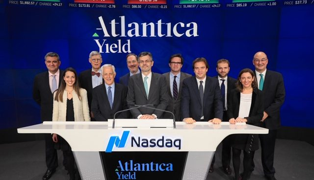 El consejero delegado de Atlantica Yield, Santiago Seage, en el Investors Day con otros participantes en el evento.