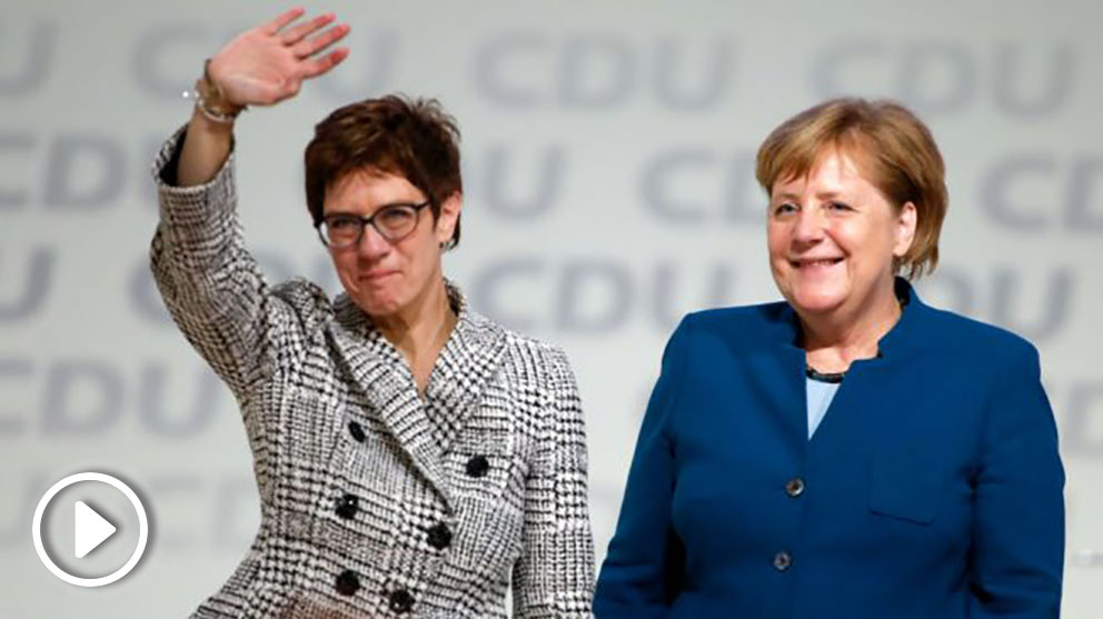 Annegret Kramp-Karrenbauer y Angela Merkel tras la elección de la primera como nueva presidenta del partido (Foto: AFP).