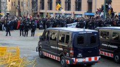 Un grupo de CDR contra agentes de los Mossos d'Esquadra.
