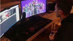 Mesut Ozil jugando al Fortnite.