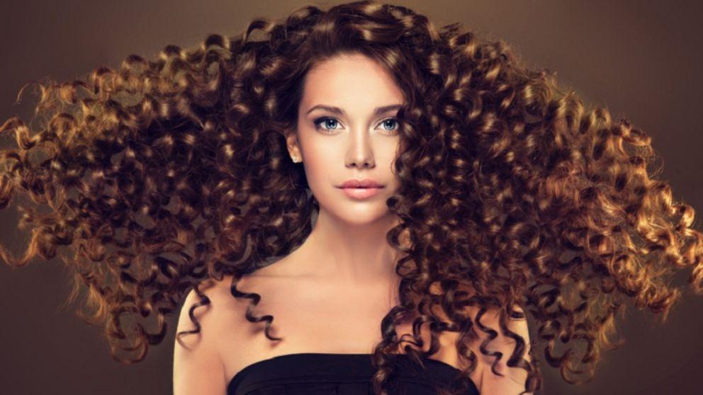 Descubre cómo hacer distintos peinados para pelo rizado