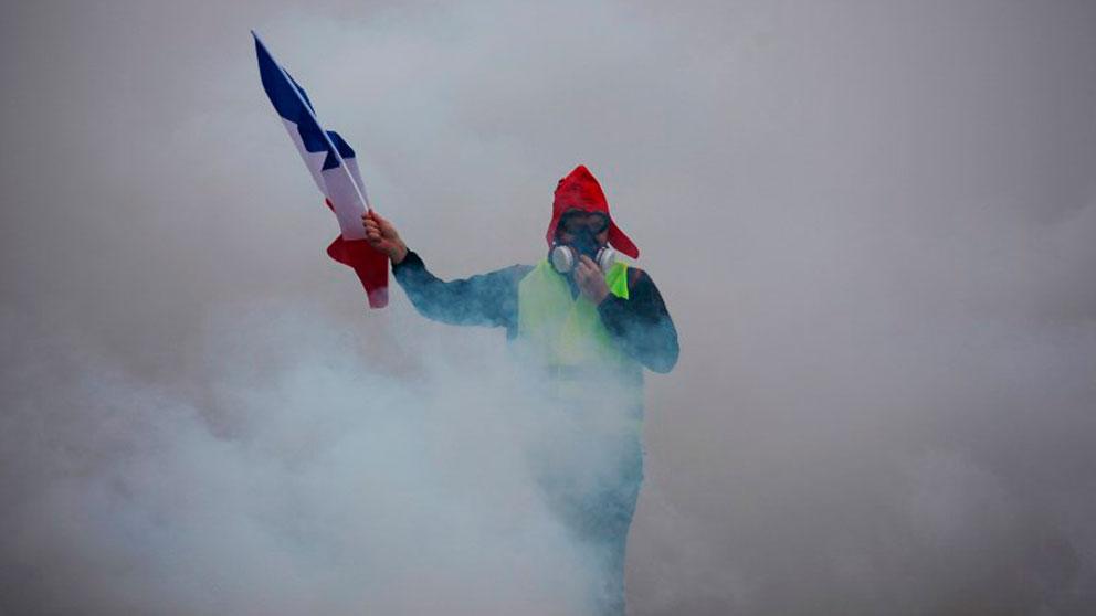 La Policía francesa dispersa con gas lacrimógeno la protesta de los 'Chalecos amarillos' el pasado 24 de noviembre. (Foto: AFP)