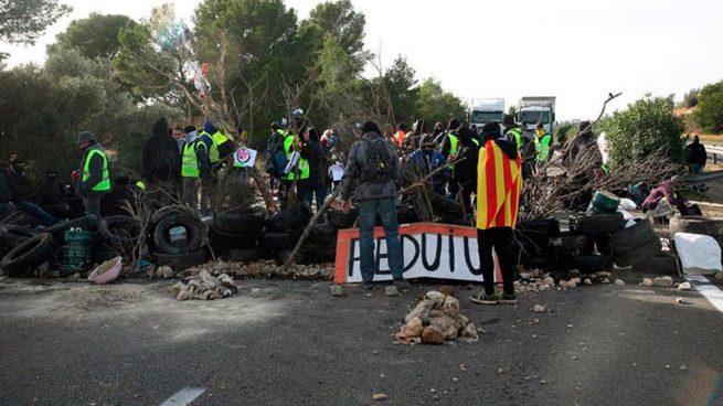 Corte de tráfico organizado por los CDR en la AP-7 a su paso por L'Ampolla (Tarragona). Foto: EFE