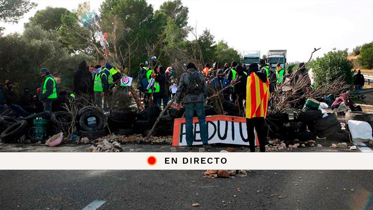 El corte de tráfico organizado por los Comités de Defensa de la República (CDR) en la AP-7 a su paso por L'Ampolla (Tarragona) ha dejado bloqueados durante horas a camiones y autocares y ha provocado varios kilómetros de retenciones. Foto: EFE