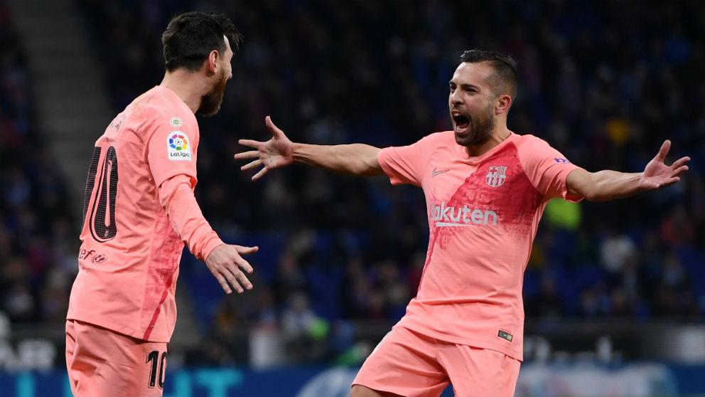 Jordi Alba celebra con Leo Messi uno de los goles en el Espanyol – Barcelona. (Getty)