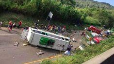 El autobús accidentado en una zona rural de Colombia. Foto: Twitter
