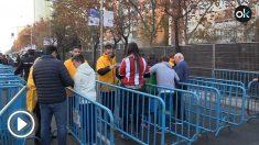 Así son los cacheos de la Policía Nacional a las puertas del Bernabéu.