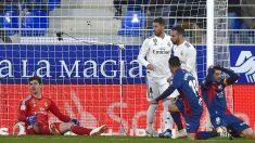 Courtois, tras una ocasión del Huesca (AFP).