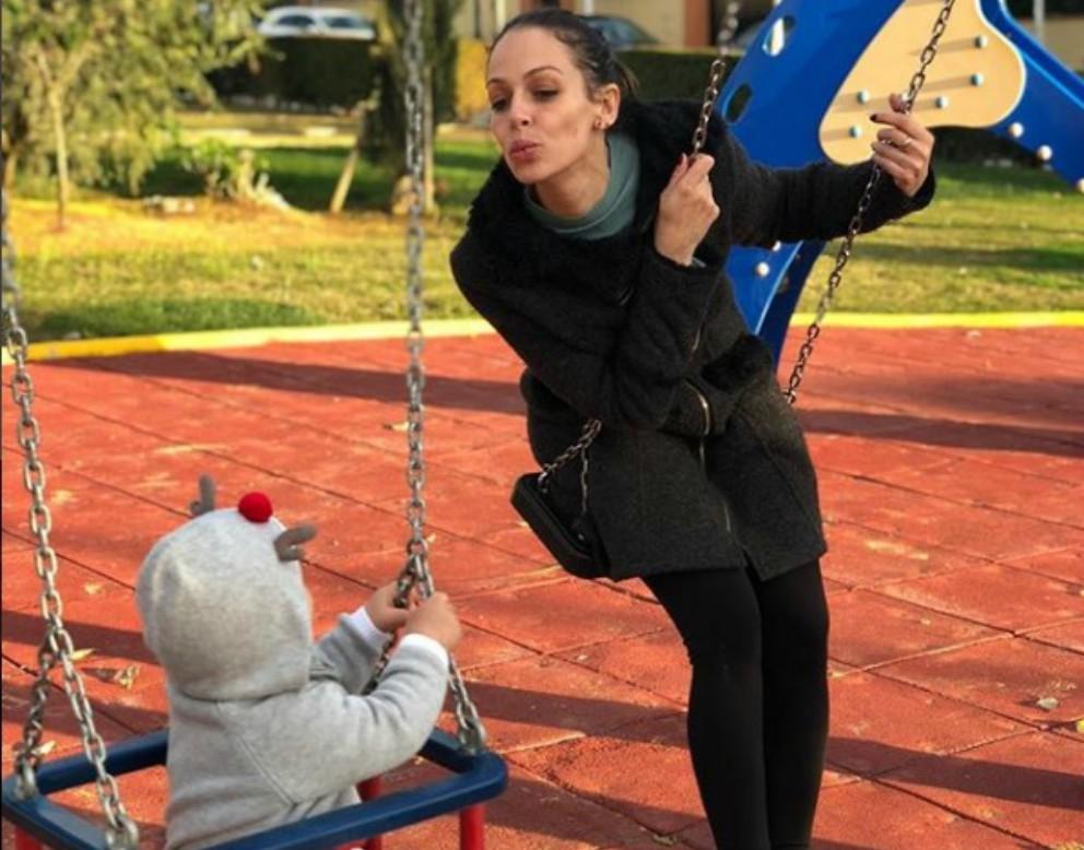Eva González presume del primer día de columpios de su hijo