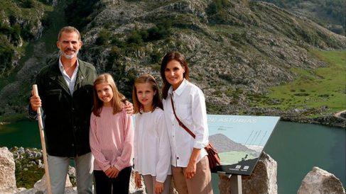 Los Reyes Felipe y Letizia, junto a sus dos hijas Sofía y Leonor, en los lagos de Covadonga. La imagen elegida por los monarcas para felicitar la Navidad 2018.
