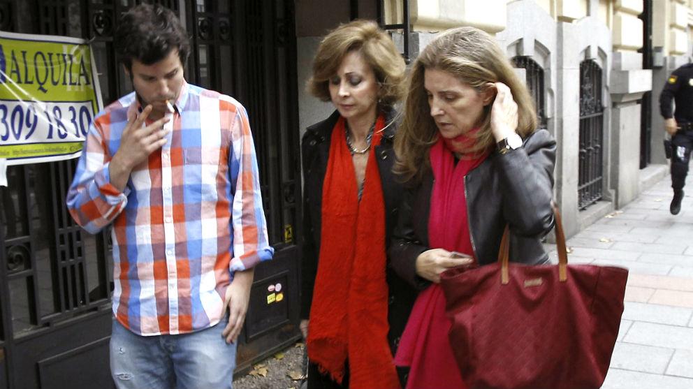 Guillermo Bárcenas, su madre Rosalía Iglesias y la abogada de la familia, María Dolores Márquez de Prado (en el centro).