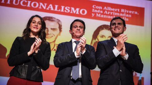 Inés Arrimadas, Manuel Valls y Albert Rivera. (Foto: C's)
