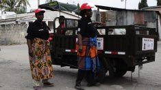 Mujeres recogiendo basura en Tanzania subvencionadas por el Ayuntamiento de Madrid.
