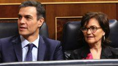 Pedro Sánchez con Carmen Calvo en el Congreso. (Foto: PSOE)