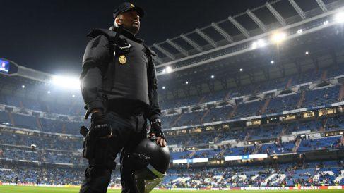 Policía Nacional en el Santiago Bernabéu. (AFP)