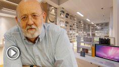 El presidente de CIS, José Félix Tezanos, y una proyección de la futura biblioteca del organismo.
