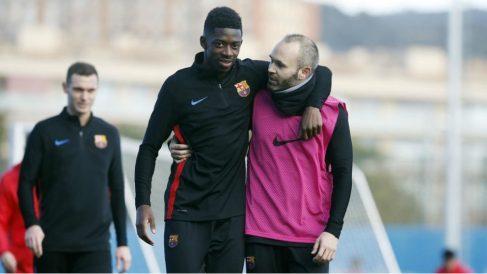 Ousmane Dembélé y Andrés Iniesta durante un entrenamiento la pasada temporada. (fcbarcelona.cat)