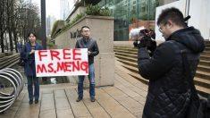 Dos personas muestran su apoyo a Meng Wanzhou, de Huawei (Foto: AFP)