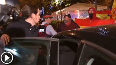 Pablo Iglesias es escoltado por los Mossos ante un grupo de tres personas que le increparon
