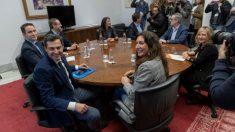 Los equipos de Juanma Moreno (PP) y Juan Marín (C's), reunidos en Sevilla. (Foto: EFE)