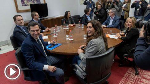 Los equipos de Juanma Moreno (PP) y Juan Marín (C's) antes de la reunión.