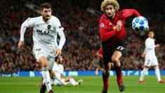 Piccini y Fellaini pelean un balón en el Manchester United – Valencia. (Getty)