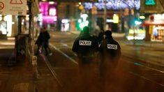 Dos Policías patrullan el centro de Estrasburgo desierto tras el ataque perpetrado la tarde del martes. Foto: Agencias