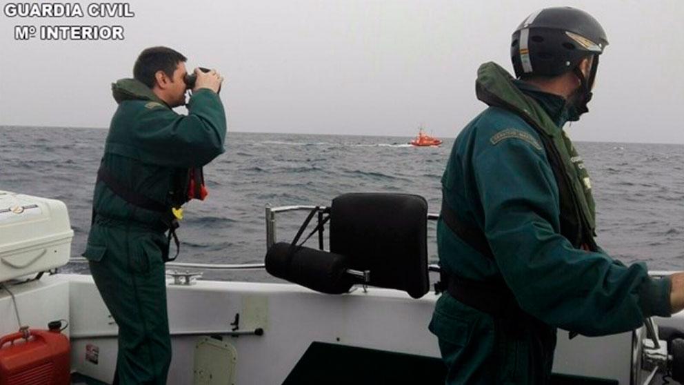 Dos agentes del Servicio Marítimo de la Guardia Civil patrullando aguas españolas. Foto: Europa Press