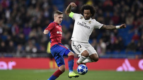 Marcelo roba un balón en el partido contra el CSKA. (AFP)