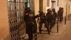 Un grupo de Mossos d'Esquadra durante la operación en la que han intervenido dos narcopisos en el barrio Poble-sec de Barcelona. Foto: Europa Press