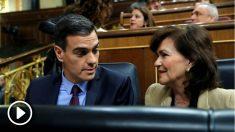 Pedro Sánchez y Carmen Calvo, en el Congreso de los Diputados. (Foto: EFE)