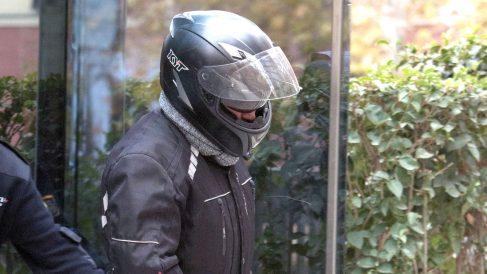 Sergio Ríos, ex chofer de Bárcena, saliendo de la Audiencia Nacional con casco. (F: Chema Barroso)