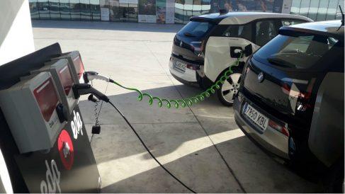 Dos coches eléctricos 'repostando'. Foto: Europa Press