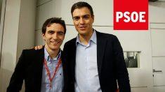El líder del PSOE de Santander, Pedro Casares, junto a Pedro Sánchez
