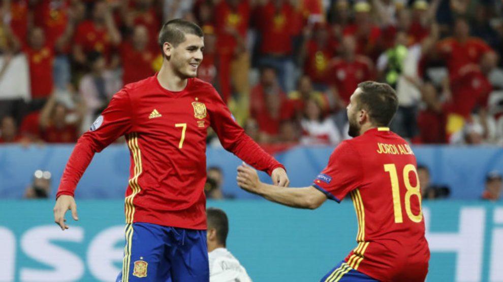 Morata y Jordi Alba celebran un gol con la selección española.