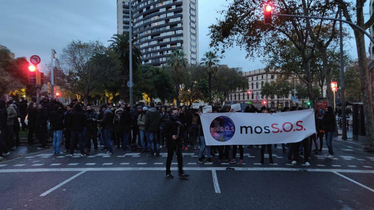 Mossos manifestándose esta tarde cerca de la Consejería de Interior (EP).