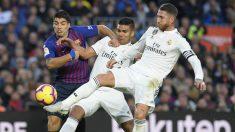 Casemiro, Sergio Ramos y Luis Suárez pelean por una pelota. (AFP)