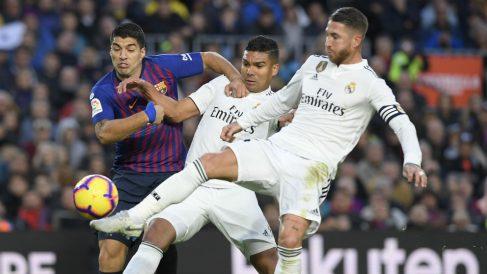 Sorteo Copa del Rey 2018   Casemiro, Sergio Ramos y Luis Suárez pelean por una pelota. (AFP)