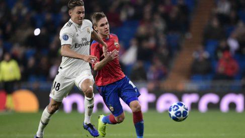 Marcos Llorente pelea un balón durante el Real Madrid-CSKA de Moscú (AFP)