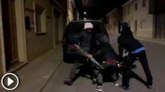 En la madrugada del 13 de diciembre, los chicos de Ribaforada (Navarra) salen a las calles para manchar con barro las puertas de las casas de las chicas que les gustan